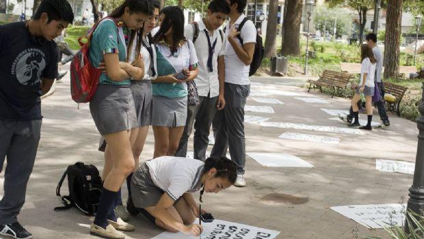 El Día de la Poesía se celebra en la plaza y por las redes sociales