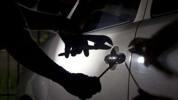 Jóvenes aprehendidos cuando robaban en autos