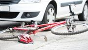 Joven en bicicleta fue embestido por un auto