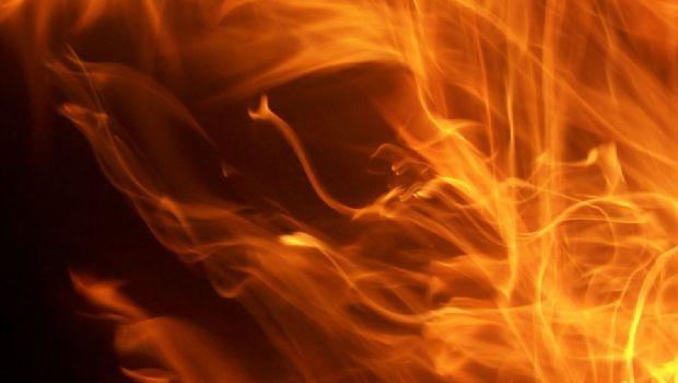 Bomberos apagaron las llamas que consumía un auto