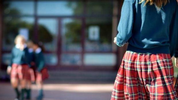 """En un colegio les miden las polleras a las alumnas para evitar """"tentaciones"""""""