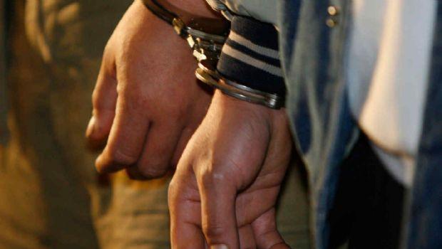 Arrestan a dos jóvenes que observaban autos