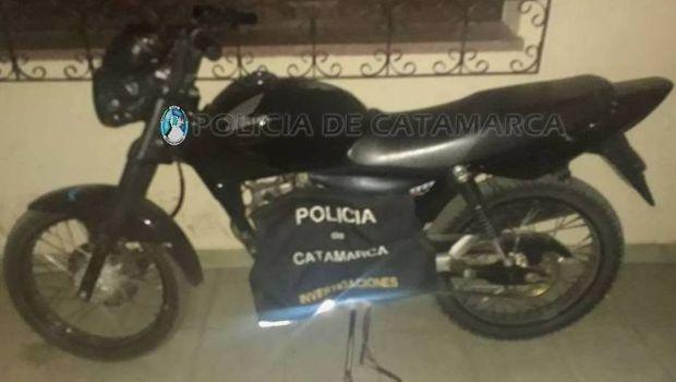 En un domicilio de la Capital encontraron una moto robada en Valle Viejo