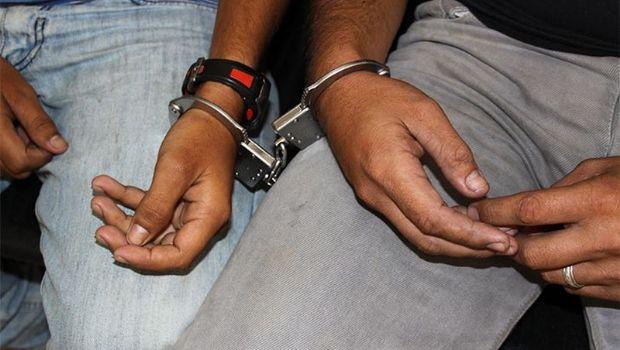 Arrestan a dos jóvenes sospechosos en una plaza