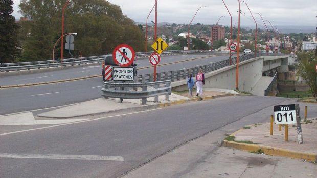 Motociclistas chocaron contra el puente en la Circunvalación