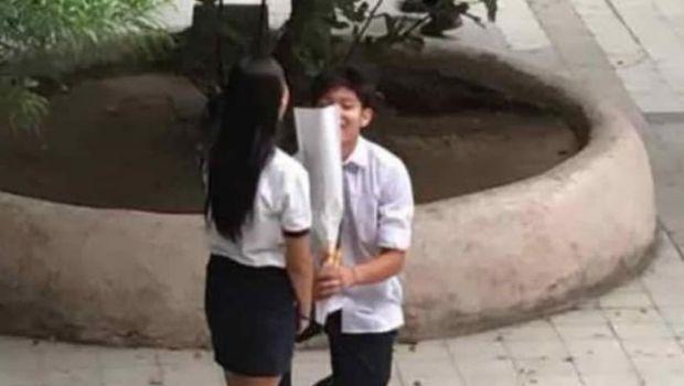 La tierna imagen de un jovencito declarando su amor en el colegio