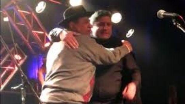 Esperado y emotivo reencuentro en el escenario entre Onofre y Martín Paz
