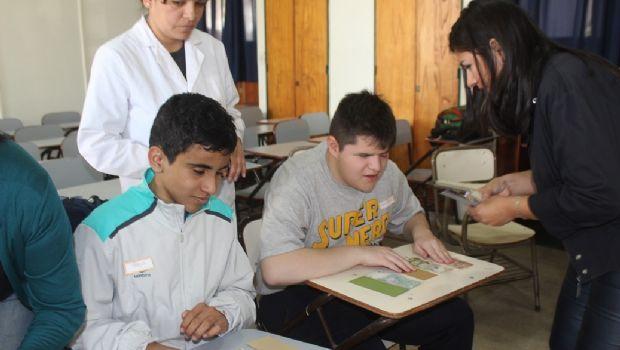 Derecho dicta taller para personas con discapacidad visual