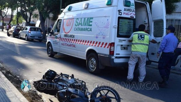 Moto chocó contra la puerta de una camioneta del correo